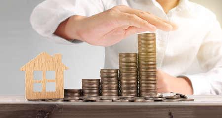 Widok planów oszczędnościowych modelu domu stosu monet dla domu w