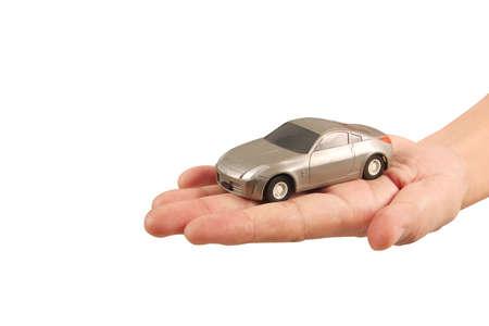 Coche de juguete en mano Protegiendo el concepto de seguridad