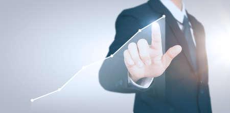 Biznesmen planuje wzrost wykresu i wzrost pozytywnych wskaźników wykresu w swojej firmie