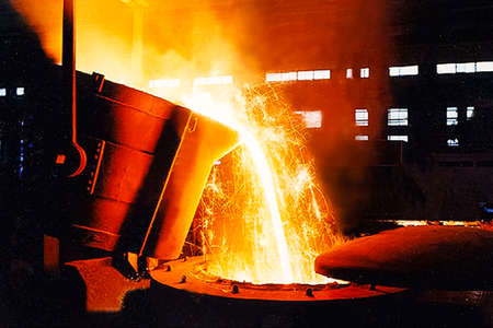 A large bowl of molten metal at a steel mill. Steel production. Banque d'images