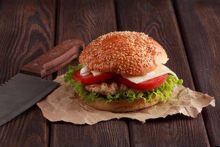 Savoureux burger maison grillé avec bœuf, tomate, fromage, concombre et laitue. Avec de l'espace pour votre recette