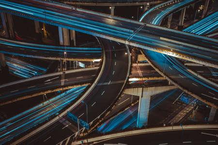 交通: 夜に近代的な都市交通路。ジャンクション。