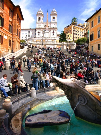 monti: Crowd of people gathered on weekend on the Spanish Steps
