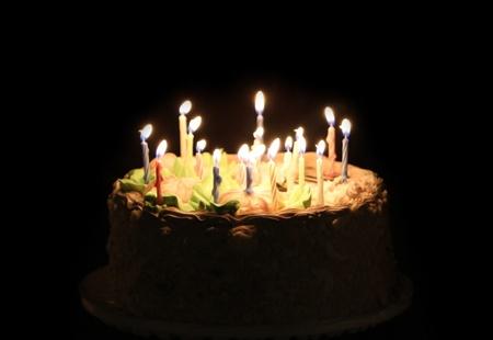 torte compleanno: Torta di compleanno con candela isolato su fondo nero Archivio Fotografico