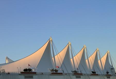Das Dach von Kanada Platz mit weißen Segeln in Vancouver