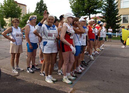 Las mujeres del grupo de edad de 60 para 90 + listo para comenzar la carrera 20 kilómetros de distancia a pie en el Campeonato Mundial Máster de Atletismo Estadio 3 de agosto de 2009 en Lahti, Finlandia. Editorial