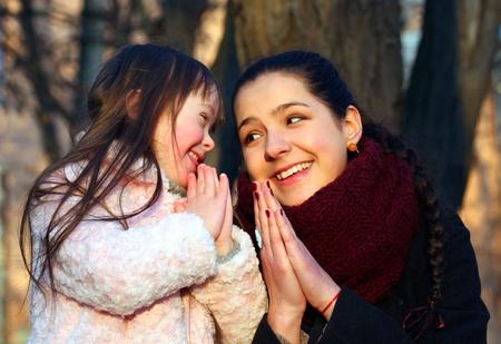 Mutter unterrichtet sein kleines Mädchen zu beten. Standard-Bild