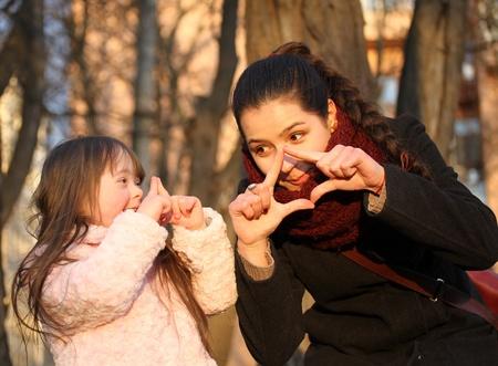 Momente mit der Familie - Mutter und Kind haben Spaß.