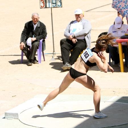 shot put: Yalta, Ucrania - 25 de abril Sitchik Ulia competir en la competencia de lanzamiento de peso para la edad de 16 a 17 ni�as en la pista de Ucrania Junior y Campeonato de campo el 25 de abril de 2012 en Yalta, Ucrania
