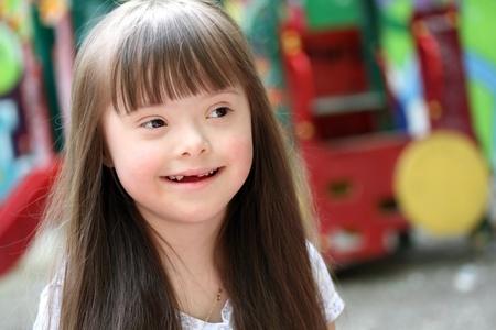 naar beneden kijken: Portret van mooie jonge meisje op de speelplaats Stockfoto