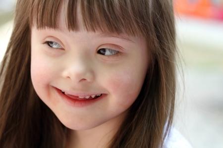 naar beneden kijken: Portret van mooie jonge meisje Stockfoto