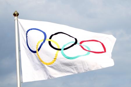 Olympischen Fahnenschwingen in den Himmel