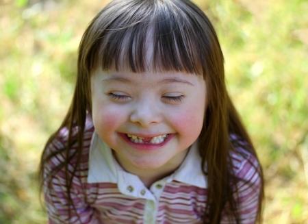 naar beneden kijken: Portret van mooie jonge meisje in het park.
