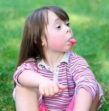 Portret van mooie grappig meisje in het park. Stockfoto