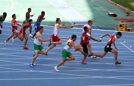 Les athlètes sur le 4 x 100 mètres course de relais sur les Championnats du monde junior le 13 Juillet 2012 à Barcelone, Espagne Banque d'images - 14700102