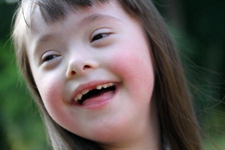 Portrait der schönen jungen Mädchen auf dem grünen Hintergrund Standard-Bild