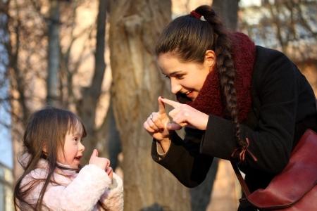 Glückliche Momente mit der Familie - Mutter und Kind haben Spaß.