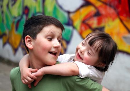 Jungen und Mädchen zusammen auf dem Spielplatz