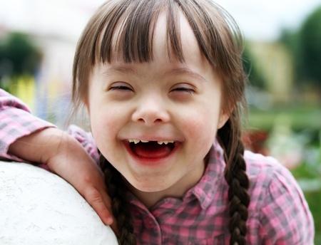 naar beneden kijken: Portret van mooie jonge meisje glimlachen Stockfoto