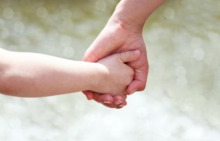 personas ayudando: Manos de la madre y el ni�o Foto de archivo
