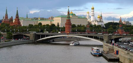 palacio ruso: Kremlin de Moscú y el río Moscú, Rusia.
