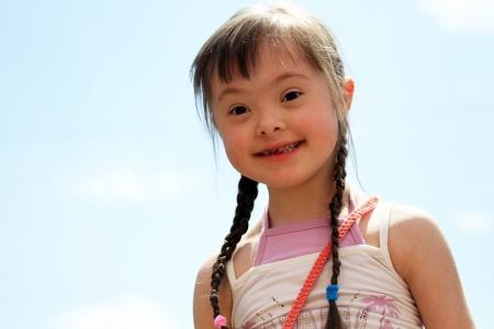 naar beneden kijken: Portret van mooie jonge meid.