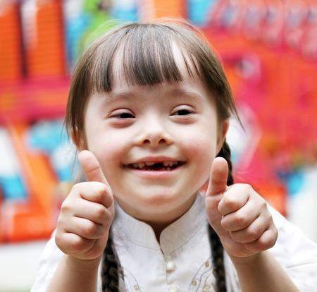 Portret van mooie gelukkige meisje geven thumbs up. Stockfoto