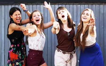 convivencia escolar: Estudiantes niñas que se divierten
