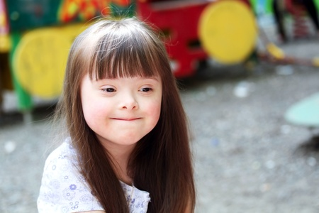 naar beneden kijken: Portret van mooie jonge meisje op de speelplaats.