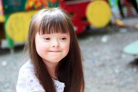 kinder: Retrato de la muchacha hermosa joven en el parque infantil. Foto de archivo