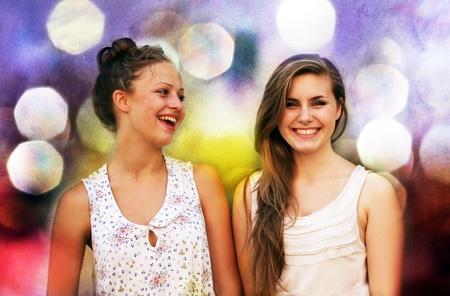 chicas divirtiendose: Estudiantes muchachas que se divierten