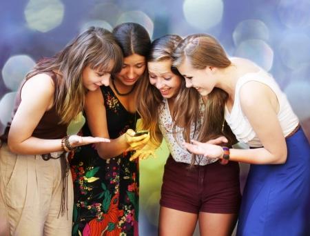 Schöne Student Mädchen suchen Nachricht auf Handy