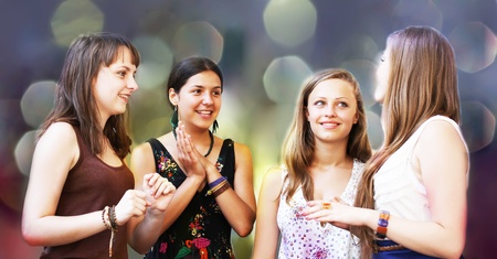 chicas divirtiendose: Estudiantes ni?as que se divierten Foto de archivo