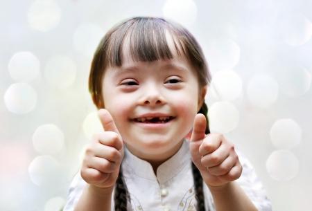 naar beneden kijken: Portret van mooie gelukkige meisje geven thumbs up. Stockfoto