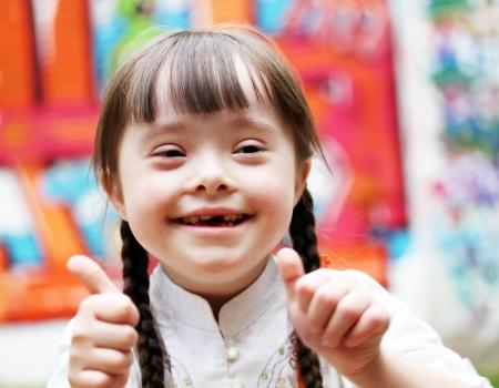 ni�os riendose: Retrato de la muchacha hermosa feliz que da los pulgares para arriba. Foto de archivo
