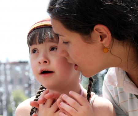 calm down: Madre calmare il suo bambino piange