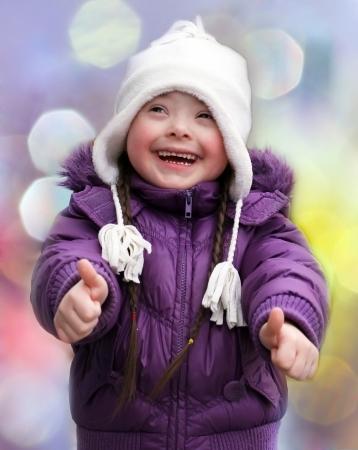 親指をあきらめて美しい幸せな少女の肖像画
