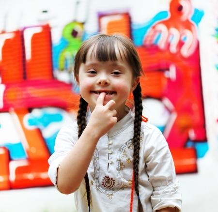 Retrato de muchacha joven y hermosa en el patio de recreo. Foto de archivo - 23466680