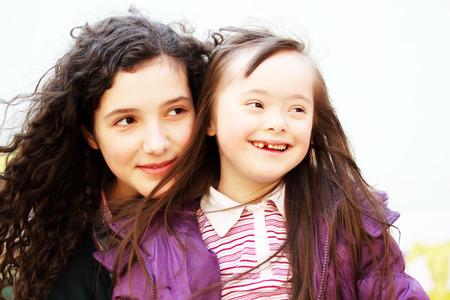 ni�as sonriendo: Retrato de hermosas muchachas j�venes sonrientes