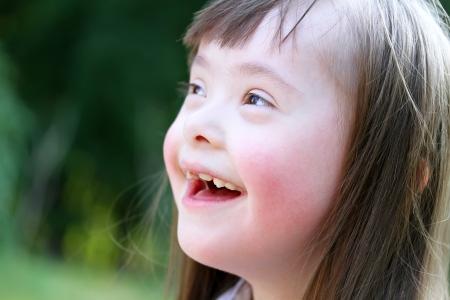 Retrato de muchacha joven hermosa que sonríe en el parque Foto de archivo - 24097358