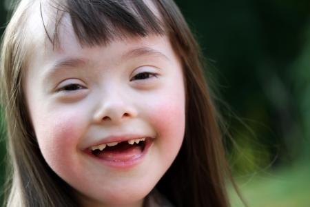 ni�os estudiando: Retrato de muchacha joven hermosa que sonr�e en el parque Foto de archivo