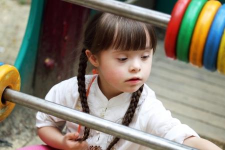 遊び場で美しい若い女の子の肖像画。 写真素材