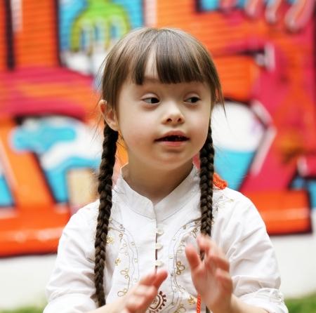 personas discapacitadas: Retrato de muchacha joven y hermosa en el patio de recreo.