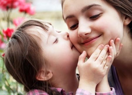 Glückliche Momente mit der Familie - Mutter und Kind haben Spaß Standard-Bild