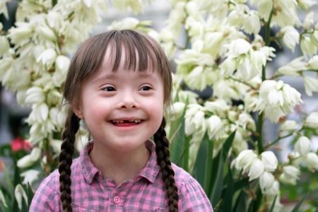Portret van mooi jong meisje op bloemen achtergrond Stockfoto