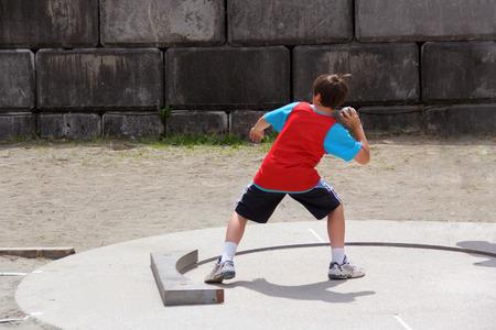 lanzamiento de bala: Boy en pista y campo competición