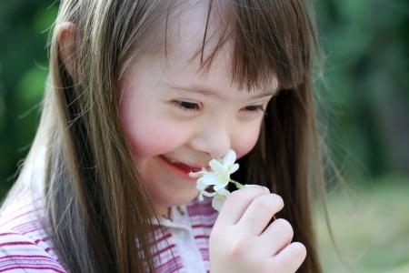 公園の花と美しい若い女の子の肖像画