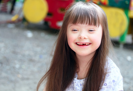 Portrait der schönen jungen Mädchen auf dem Spielplatz