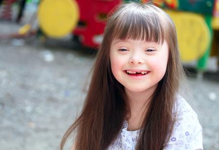 Retrato da menina bonita no parque infantil