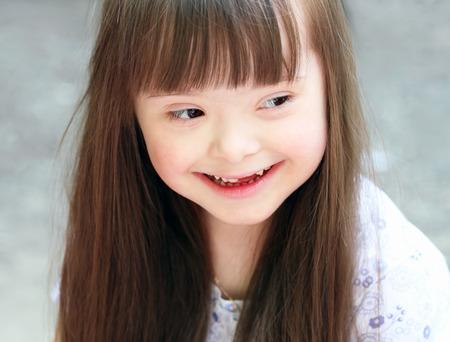 Portrait der schönen jungen Mädchen auf dem Spielplatz. Lizenzfreie Bilder - 25903752